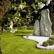 Findling als zentrale Gartenfigur
