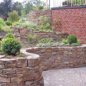 geschwungene Natursteinmauer