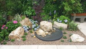 Steine und Wasserschale