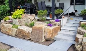 Grauwackesteine als Terrassenbegrenzung