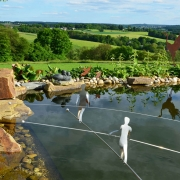 Drahtseilakt über dem Teich