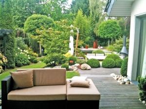 Loungebereich im Gartenidyll