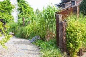 Gräser und Holzelemente in Symbiose