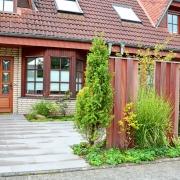 Holzelemente und Pflanzung