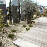 Mediterranes Flair Holzterrasse Oliven