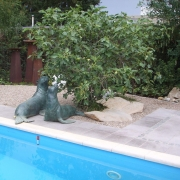 Seehundskulptur am Pool