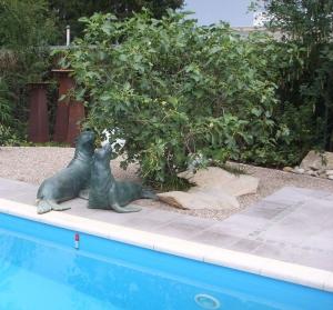 Seehundskulptur am Pool