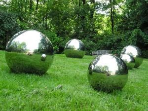 Stahlkugeln auf weiter Grünfläche