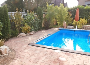 Pool mit grüner Umrandung