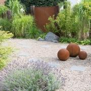 Kugeln und Sichtschutzelemente im Garten