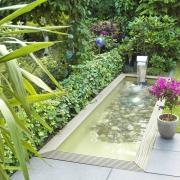 Teichbecken mit Wasserschütte