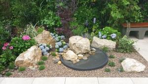 Steinbrunnen und Vogeltränke